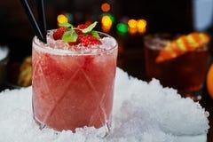 Beau et savoureux cocktail lumineux ou limonade alcoolique avec un chapeau des framboises de glace, en bon état et fraîches surge Images stock
