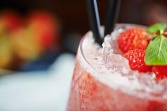 Beau et savoureux cocktail lumineux ou limonade alcoolique avec un chapeau des framboises de glace, en bon état et fraîches surge Image stock