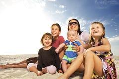 Beau famille appréciant le jour ensoleillé à la plage. image stock