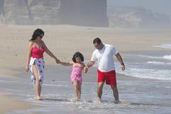 Beau famille sur la plage photos libres de droits