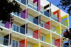 Beau fasade coloré de nouvel hôtel sur la station de vacances de mer Image libre de droits