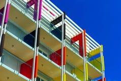 Beau fasade coloré de nouvel hôtel sur la station de vacances de mer Image stock