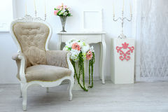 Beau fauteuil dans le salon de luxe Image libre de droits