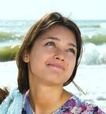 Beau femme à la mer Photo stock