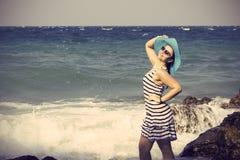 Beau femme éclaboussant en mer cru Images stock
