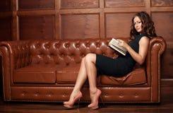 Beau femme affichant un livre Image stock