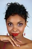 Beau femme africain avec les languettes rouges image libre de droits