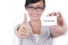 Beau femme asiatique affichant des pouces vers le haut Images stock