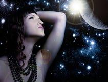 Beau femme au-dessus d'univers Image stock