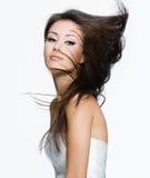Beau femme avec de beaux longs poils bruns Photo libre de droits