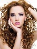 Beau femme avec de longs poils bouclés Image libre de droits