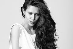 Beau femme avec de longs poils bouclés Photographie stock