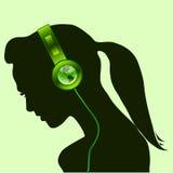 Beau femme avec des écouteurs de globe de la terre verte Photo stock