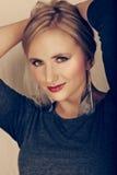 Beau femme avec des boucles d'oreille de clavette. Images libres de droits