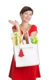 Beau femme avec des cadeaux de Noël Images libres de droits