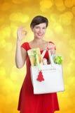 Beau femme avec des cadeaux de Noël Photographie stock libre de droits