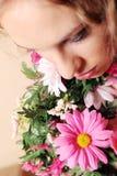 Beau femme avec des fleurs photos stock