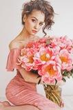 Beau femme avec des pivoines Image stock