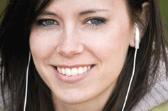 Beau femme avec des téléphones d'oreille Images libres de droits