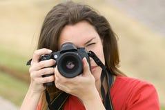 Beau femme avec l'appareil-photo Photographie stock libre de droits