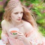 Beau femme avec l'arbre fleurissant Jeune fille de beauté dans le jardin Photo libre de droits