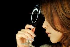 Beau femme avec la glace de vin Photographie stock libre de droits