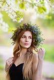 Beau femme avec la guirlande de fleur Images stock