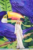 Beau femme avec la robe blanche élégante Photo de mode Photographie stock libre de droits