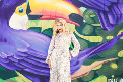 Beau femme avec la robe blanche élégante Photo de mode Photos libres de droits