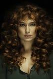 Beau femme avec le cheveu et les taches de rousseur rouges Image libre de droits