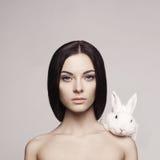 Beau femme avec le lapin photo stock