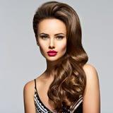 Beau femme avec le long cheveu bouclé Photo stock