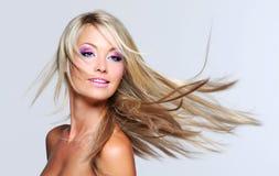 Beau femme avec le long cheveu droit Photo stock