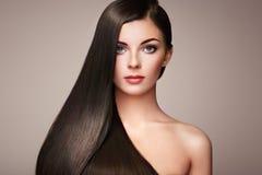 Beau femme avec le long cheveu lisse Photographie stock