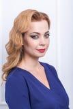 beau femme avec le long cheveu ondulé Coiffure bouclée et maquillage lumineux faits dans les cheveux et le studio de maquillage Photographie stock libre de droits