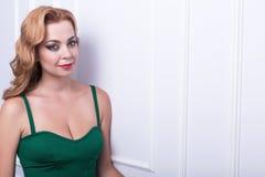 beau femme avec le long cheveu ondulé Coiffure bouclée et maquillage lumineux faits dans les cheveux et le studio de maquillage Photos libres de droits