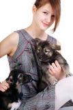 Beau femme avec le petit chiot Image stock