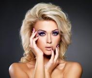 Beau femme avec le renivellement de beauté Photo stock