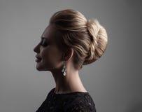 Beau femme avec le renivellement de soirée Bijou et beauté Photo de mode photos stock