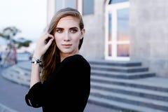 Beau femme avec le renivellement de soirée Modèle femelle photographie stock libre de droits
