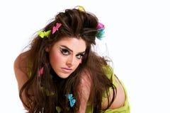 Beau femme avec le renivellement et la coiffure de mode photographie stock libre de droits