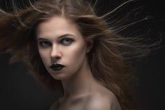 Beau femme avec le renivellement lumineux Photographie stock