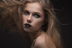 Beau femme avec le renivellement lumineux Photos stock