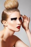 Beau femme avec le renivellement lumineux, cheveu de mode Photographie stock libre de droits