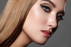 Beau femme avec le renivellement professionnel Célébrez le maquillage d'oeil de style, sourcils parfaits, brillez la peau Regard  photos stock