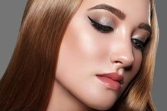 Beau femme avec le renivellement professionnel Célébrez le maquillage d'oeil de style, sourcils parfaits, brillez la peau Regard  photographie stock