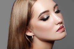 Beau femme avec le renivellement professionnel Célébrez le maquillage d'oeil de style, sourcils parfaits, brillez la peau Regard  photographie stock libre de droits