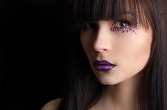 Beau femme avec le renivellement violet photos stock