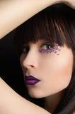 Beau femme avec le renivellement violet photographie stock libre de droits