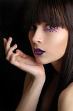 Beau femme avec le renivellement violet images stock
